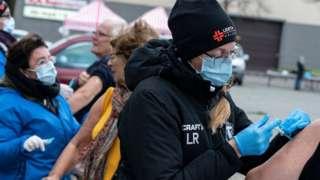 Шведские медики проводят вакцинацию от гриппа