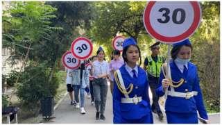 18-майда Бишкектеги №67 гимназия мектебинин окуучулары айдоочуларды ылдамдыкты азайтууга чакырган акция өткөрүштү