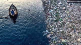 孟加拉达卡一条河流中的塑料垃圾