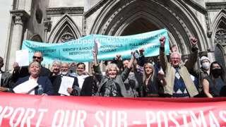 获得平反的邮政支局长在伦敦皇家司法院外欢呼庆祝(23/4/2021)