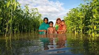 Família em inundação em Bangladesh