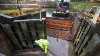 Caen Hill lock repairs