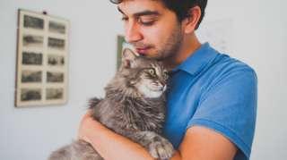 หนุ่มอุ้มแมว
