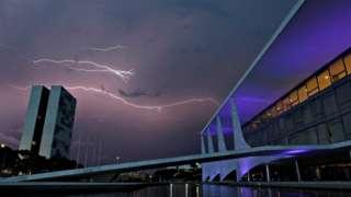 Congresso Nacional e Palácio do Planalto durante tempestade em Brasília