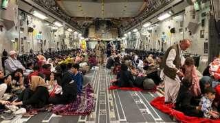 ကာဘူးလ်လေဆိပ်ကထွက်ခွာမယ့် အမေရိကန်စစ်တပ်လေယာဥ်ပေါ်် မှာ အာဖဂန်မိသားစုတွေကို တွေ့ရစဥ်
