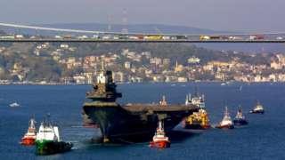 El Varyag cruzando el Bósforo en noviembre de 2001.