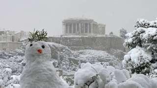 В Афинах даже снеговики похожи на древних греков. Этого поставили неподалеку от Акрополя.