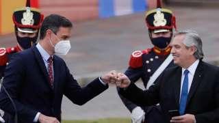 Альберто Фернандес (справа) во время встречи с премьер-министром Испании Педро Санчесом