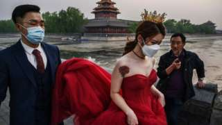 붉은색 드레스를 입은 여성과 양복을 입은 남성