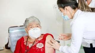 Elizabeth Castillo, aged 91, receives a dose of Pfizer-BioNTech vaccine in San Jose, Costa Rica. Photo: 24 December 2020