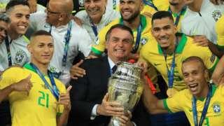 Jair Bolsonaro e jogadores da seleção brasileira