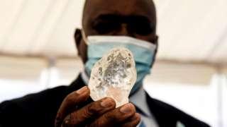 Баш калаа Габоронде болгон салтанатта президент Мокгвеци Масисиге жаңы табылган асыл ташты көрсөтүштү
