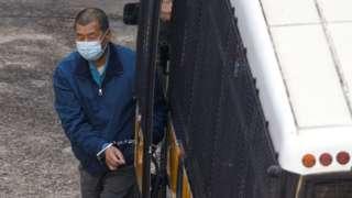 被锁上手扣的黎智英搭乘囚车抵达香港荔枝角收押所(3/12/2020)