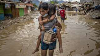 ဖိလစ်ပိုင်နိုင်ငံ၊ ရိဇာပြည်နယ်၊ ရိုဒရီဂတ်စ်တွင်နိုဝင်ဘာ ရက်က တိုင်ဖွန်း ဗန်ကို တိုက်ခတ်ပြီးနောက် ရွာတစ်ရွာတွင် ရေကြီးမှုတွေဖြစ်နေစဥ်