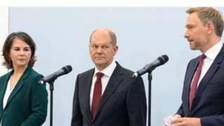 Yeşiller Partisi Eş Başkanı Annalena Baerbock, Sosyal Demokrat Parti Genel Başkanı Olaf Scholz ve Hür Demokrat Parti lideri Christian Lindner