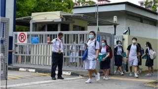 စာသင်ကျောင်းကို အ၀င်အထွက်တွေ ခဏပိတ်ထားပြီးတဲ့နောက် ပြန်ထွက်လာတဲ့ ကျောင်းသား ကျောင်းသူတွေ