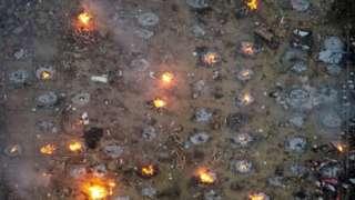கொரோனா வைரசால் இறந்தவர்களை எரியூட்டும் காட்சி