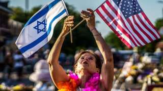 Woman holds up Israeli and US flags in Minnesota (file photo)