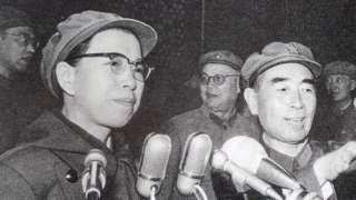 Jiang Qing discursou em dezembro de 1966 junto com primeiro-ministro Zhou Enlai
