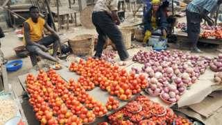 Awọn ọlọja tomato ati alubọsa duro ti ọja wọn