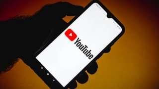Foto mostra tela de celular com logo do YouTube