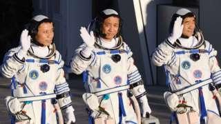 Astronauts Nie Haisheng (C), Liu Boming (R) and Tang Hongbo