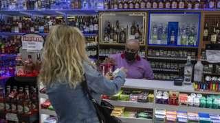 Türkiye'de 17 Mayıs'a kadar alkol satışının yasaklanması pek çok kişinin tepkisini çekti