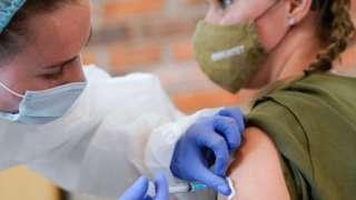 """Медсестра во время вакцинации женщины препаратом """"Гам-КОВИД-Вак"""""""
