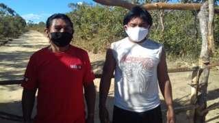 Dois indígenas usam máscara em barreira da terra Xavante Sangradouro