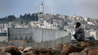 человек у стены в Израиле