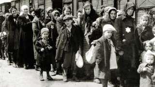 A chegada de judeus húngaros em Auschwitz-Birkenau, na Polônia ocupada pela Alemanha, em junho de 1944. Entre 2 de maio e 9 de julho, mais de 430.000 judeus húngaros foram deportados para Auschwitz.