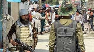 Taliban savaşçıları ve Pakistan askerleri Türkham sınır kapısında