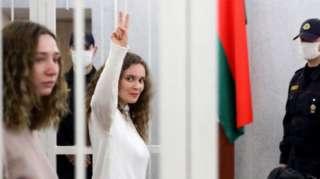 Nữ nhà báo Katerina Andreyeva ra dấu không khuất phục tại phiên tòa ở Minsk
