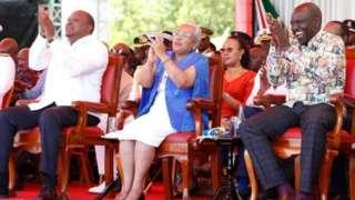 Perezida Uhuru Kenyatta (ibumoso) na Visi-Perezida William Ruto (iburyo) ku cyumweru bari bambaye imyenda yakorewe muri Kenya