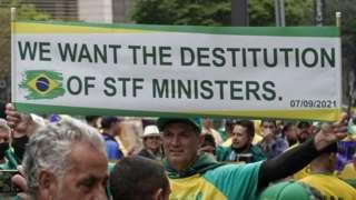 Num cartaz em inglês, manifestante pede a destituição dos ministros do STF no protesto em São Paulo