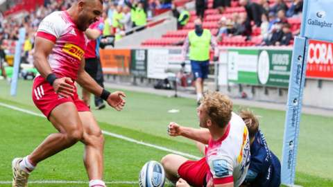 Joe Marchant (l) and Louis Lynagh celebrate Quins' fourth try