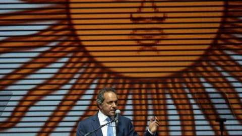 Daniel Scioli speaks at an election rally in Buenos Aires, 22 October 2015