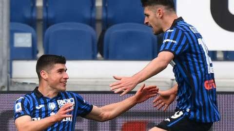 Atalanta's Ukrainian midfielder Ruslan Malinovskiy (L) celebrates