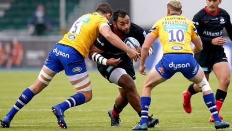 Saracens' Billy Vunipola tries to evade two Bath tacklers