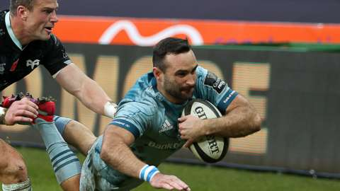 Dave Kearney beats Scott Williams to score for Leinster
