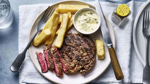 Peppercorn rib-eye steak with béarnaise sauce