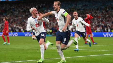 Harry Kane with Phil Foden