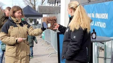 Queue for zoo using corona passport