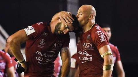 Sergio Parisse (R) of Toulon celebrates his try with Charles Ollivon