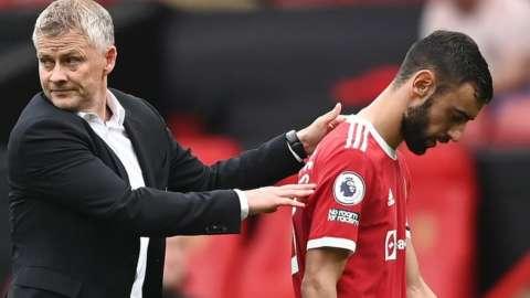 Ole Gunnar Solskjaer comforts Bruno Fernandes after penalty miss