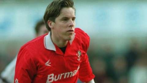 Jan Aage Fjortoft in action for Swindon