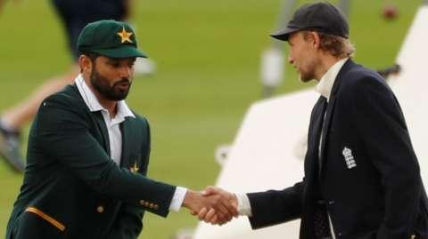 Joe Root and Azhar Ali shakes hands
