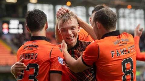 Ilmari Niskanen is congratulated by his teammates