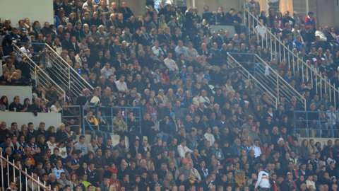 Fans at Avignon Parc des Sports