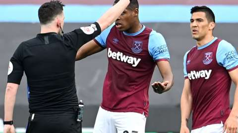 Issa Diop protests after Fabian Balbuena is sent off during West Ham's defeat to Chelsea